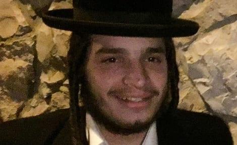 Photo of Belzer Yeshiva student returns large sum of money found at bus stop