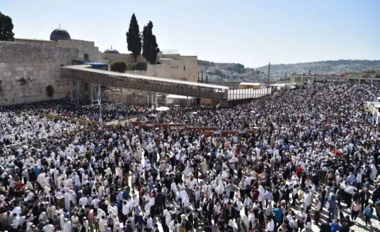 Photo of Watch: Tens of Thousands at the Western Wall for the Priestly Blessings – Passover 2018