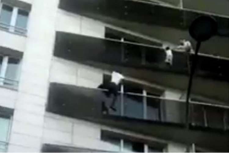 Photo of Watch – Man Saves Child Dangling from Fourth Floor in less than 40 Seconds