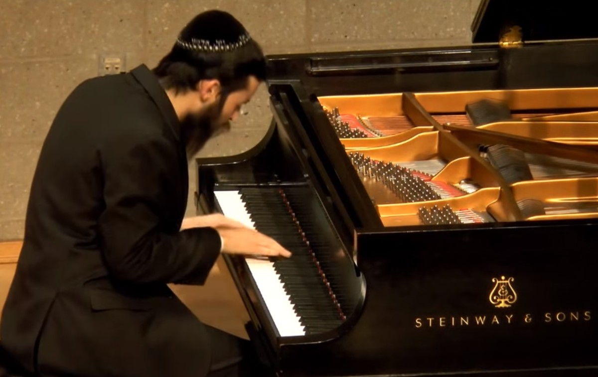 "Photo of Pianist Mikhail Pais Plays ""Daled Bavos"" – Niggun of the Alter Rebbe"